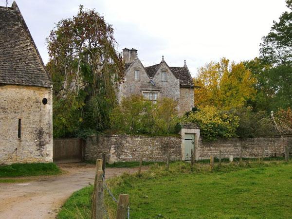 Kelmscott Manor. Image provided by Stefan Czapski from wikicommons.