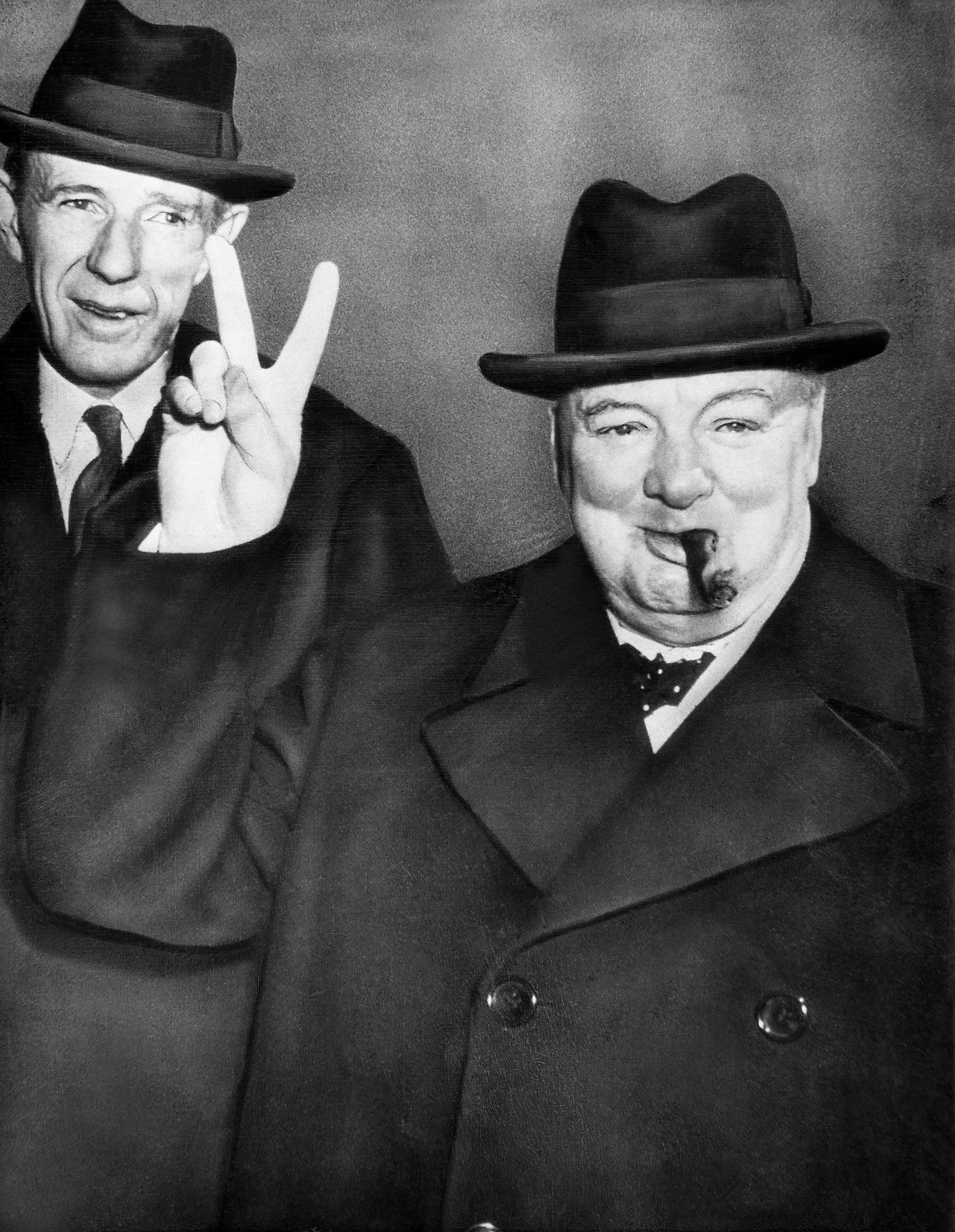 Der britische Premierminister Winston Churchill (1874-1965), rechts, zusammen mit Edward Wood, erster Lord von Halifax, links, am Flughafen in Washington D.C.. Nach einem Besuch beim amerikanischen Praesidenten Harry S. Truman, macht sich Churchill am 16. Februar 1946 wieder auf den Weg nach Florida. (KEYSTONE/IBA-ARCHIV/Str)